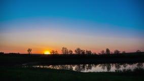 Timelapse солнце поднимает над полями, двигая от ночи ко дню озеро рассвета сверх видеоматериал