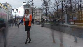 Timelapse с молодой женщиной на улице акции видеоматериалы