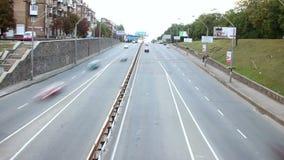 Timelapse улицы маленького города, расплывчатые автомобили управляет обоими путями, днем видеоматериал