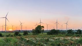Timelapse фермы ветротурбины в красивой природе во времени захода солнца, производя электричество видеоматериал