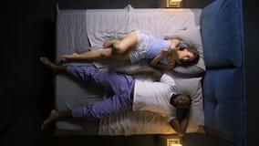 Timelapse храпя мужчины и женской попытки уснувших акции видеоматериалы