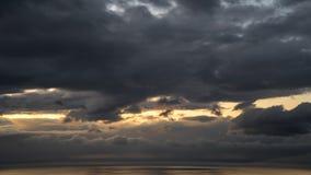 Timelapse эпичных облаков шторма над океаном на заходе солнца видеоматериал
