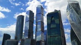 Timelapse 云彩的运动在摩天大楼后的 股票录像