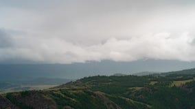 Timelapse 云彩盖积雪覆盖的山 天气恶化,山风景 股票视频
