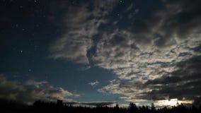 Timelapse 夜满天星斗的天空的风景 移动的星、浮动云彩和月出 影视素材