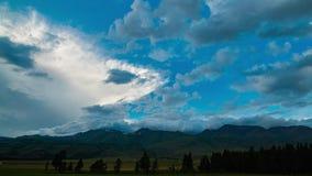 Timelapse 太阳离开,蓝天隆隆响的黑暗的云彩拉紧日落,云彩来自 影视素材