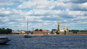 Timelapse 彼得和保罗涅瓦河堡垒和全景在圣彼德堡,俄罗斯的历史中心 股票录像