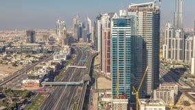 Εργοτάξιο οικοδομής με το γερανό στη μαρίνα του Ντουμπάι timelapse Οικοδόμηση των ουρανοξυστών φιλμ μικρού μήκους