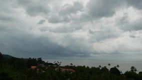 与黑暗的雷暴云彩的剧烈的阴沉的天空在绿松石海 在海洋天际的飓风 生动的空中timelapse 股票录像