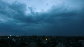 Гроза над городом на ноче Timelapse акции видеоматериалы