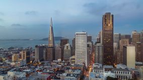 Горизонт Сан-Франциско и timelapse светов города во время захода солнца