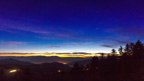 Timelapse των αστεριών που κινούνται στο νυχτερινό ουρανό πέρα από τα δέντρα πεύκων φιλμ μικρού μήκους