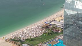 Timelapse aéreo da skyline de Jumeirah Beach Residence JBR da vista geral da margem com iate e barcos vídeos de arquivo