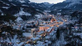 Timelapse aéreo de Berchtesgaden no inverno, Baviera da noite vídeos de arquivo
