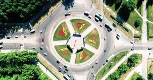 Timelapse aéreo del hyperlapse del tráfico de ciudad en la intersección de la calle del cruce del círculo Coches, autobuses, cami almacen de metraje de vídeo