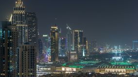 Timelapse aéreo del paisaje urbano en la noche con el centro de la ciudad moderno iluminado de la arquitectura adentro de Dubai,  almacen de video