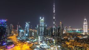 Timelapse aéreo del paisaje urbano en la noche con el centro de la ciudad moderno iluminado de la arquitectura adentro de Dubai,  metrajes