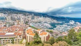 Timelapse aéreo del panorama de la ciudad de Monte Carlo Vista de yates y de apartamentos de lujo en el puerto de Mónaco, ` Azur  almacen de video
