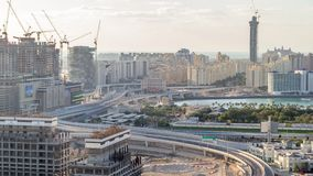 Timelapse aéreo del puente de la carretera de Jumeirah de la palma Dubai, United Arab Emirates almacen de metraje de vídeo
