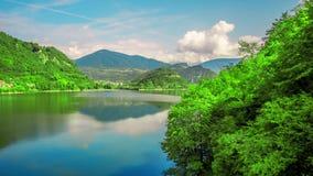 Timelapse al lago en las colinas verdes por día almacen de video