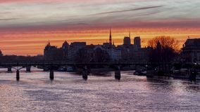 Timelapse: Alba sopra ile de la Cite nell'inverno - Parigi video d archivio