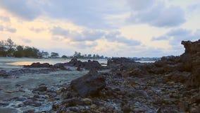 Timelapse-Ansicht des ruhigen Strandes mit nicht identifizierten Leuten während des Sonnenuntergangs stock footage