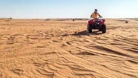 Timelapse ATV车手在迪拜沙漠过来沙丘和过去照相机 影视素材
