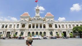 Timelapse-Ausschuss von Ho Chi Minh City mit schönem blauem Himmel (Rathaus) stock video footage