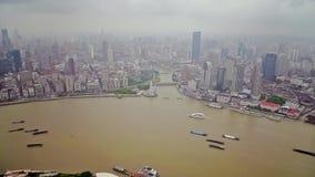 Timelapse av ?tskilliga pr?m som seglar l?ngs floden till och med Shanghai porslin shanghai stock video