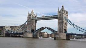 Timelapse av öppet övre för London tornbro arkivfilmer