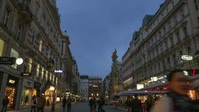 Timelapse av aftonstaden med att gå folk, kaféer, byggnader och shoppar lager videofilmer