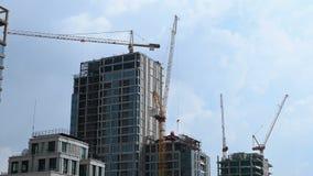 Timelapse av arbetande tornkranar på konstruktionsplatsen arkivfilmer