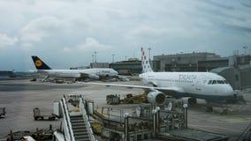 Timelapse av att serva flygplan i den Frankfurt flygplatsen stock video