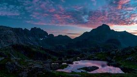 Timelapse av att sväva fördunklar ovanför Norge öar och berg lager videofilmer