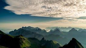 Timelapse av att sväva fördunklar ovanför Norge öar och berg stock video