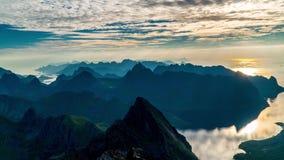 Timelapse av att sväva fördunklar ovanför Norge öar och berg arkivfilmer