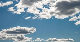 Timelapse av bakgrund för blå himmel med mycket små stackmolnmoln Göra klar dag och bra blåsväder arkivfilmer