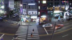 Timelapse av bil- och gångaretrafik på nattvägen i Seoul, Sydkorea arkivfilmer