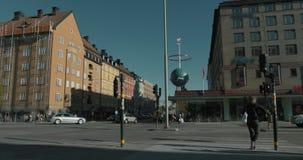 Timelapse av bilar, att gå för folk och cyklisten som korsar en genomskärning i Stockholm arkivfilmer