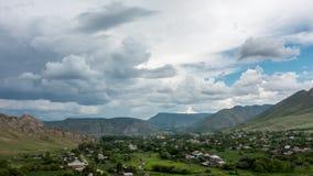 Timelapse av byn av Asubulak, Kasakhstan Härliga moln över byn som omges av berg stock video