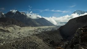 Timelapse av dag`en s som är hög i bergen Andreev lager videofilmer