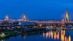 Timelapse av den Bhumibol bron är en av de mest härliga broarna i Thailand och områdessikten för Bangkok arkivfilmer
