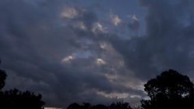 Timelapse av den dramatiska molninflyttningen himlen för solnedgång stock video