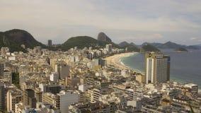 Timelapse av den flyg- sikten av Copacabana och Copacabana sätter på land i Rio de Janeiro Brazil arkivfilmer