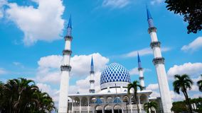 Timelapse av den härliga Sultan Salahuddin Abdul Aziz Shah moskén den blåa moskén, schah Alam Selangor, Malaysia arkivfilmer