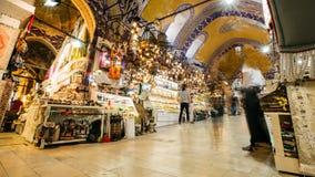 Timelapse av den storslagna bazaren för berömd Istabul marknad med folk som omkring går arkivfilmer