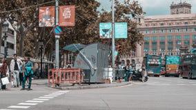 Timelapse av den upptagna gångare- och bilkorsningen på det Barcelona centret stock video