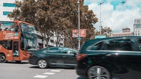 Timelapse av den upptagna gångare- och bilkorsningen på det Barcelona centret arkivfilmer