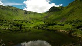 Timelapse av det h?rliga landskapet f?r Carpathian berg f?r natur naturliga Sj? p? videoen f?r Carpathians bergtimelapse stock video