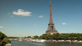 Timelapse av Eiffeltorn och Seinen med fartyg arkivfilmer